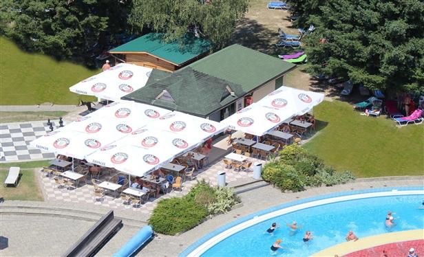 Die Poolbar liegt direkt neben dem großen Strömungsmassagebad