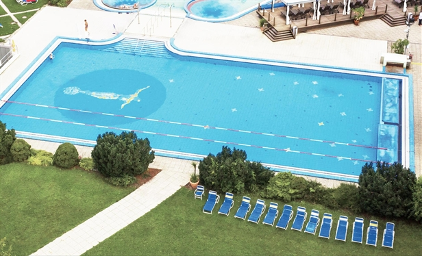 You can swim your lengths in a cooler 27° C in the swimming pool